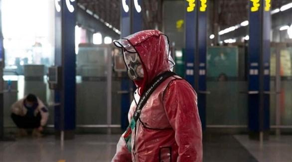 مسافر في مطار بكين الدولي (أ ب)