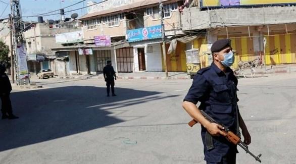 رجل أمن يراقب حظر التجوال المفروض في غزة لمنع تفشي كورونا (أرشيف)
