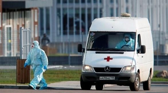 مسعف روسي أمام سيارة إسعاف في موسكو (أرشيف)