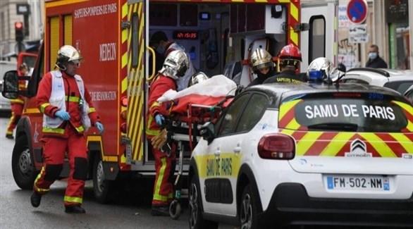 عناصر من فرق الإنقاذ الفرنسيين يُجلون مصاباً بعد طعنه قرب مجلة شارلي إبدو في باريس (أ ف ب)