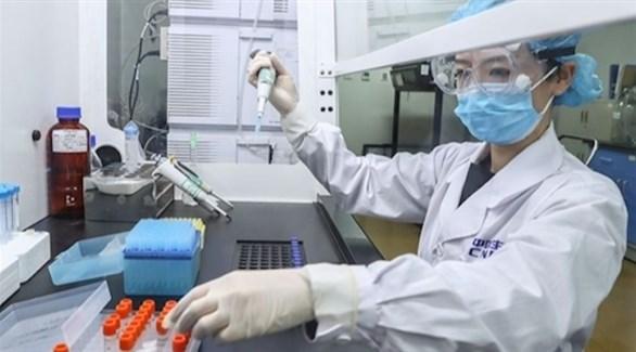 طبيبة صينية تعمل في مختبر (أرشيف)