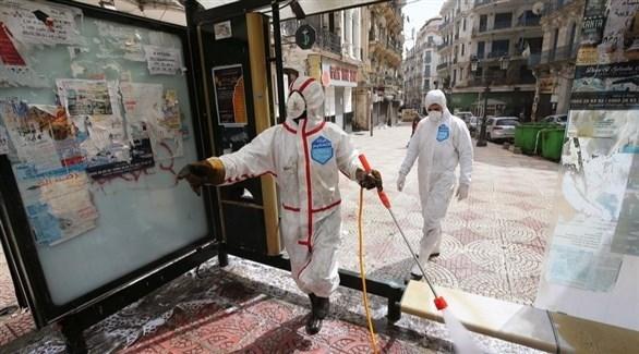 عاملان يعقمان شارعاً في الجزائر (إ ب أ)