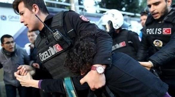 عناصر من الأمن التركي يعتقلون مطلوباً (أرشيف)