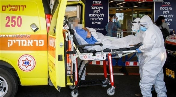 مسعفون إسرائيليون ينقلون مصاباً بكورونا للمشفى (أرشيف)