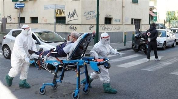 مسعفان لبنانيان ينقلان مصاباً بكورونا للمشفى (أرشيف)