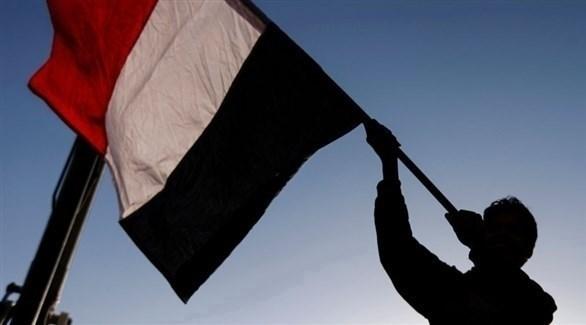 شخص يرفع العلم اليمني (أرشيف / غيتي)