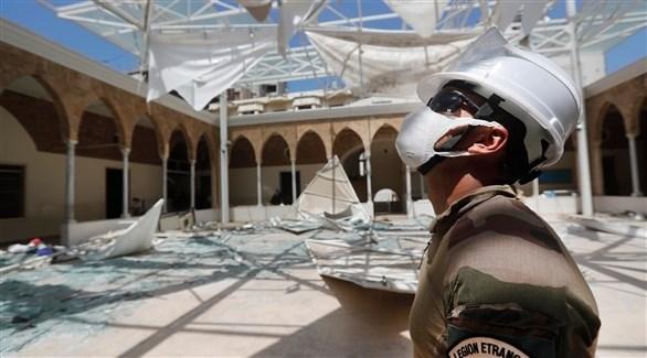 أحد عناصر المساعدة الفرنسية يعاين أضرار المباني في بيروت (أرشيف)