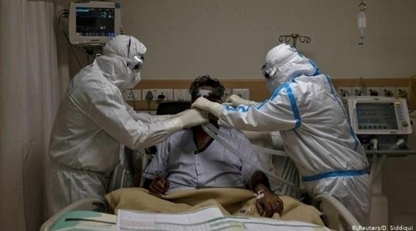 معاينة أحد المصابين بفيروس كورونا (أرشيف /رويترز)