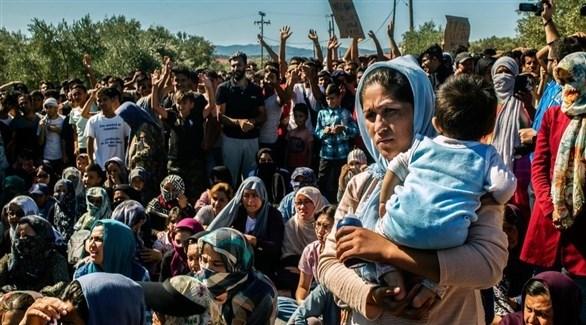 مجموعة من اللاجئين في مخيم موريا على جزيرة ليسبوس اليونانية (أرشيف / أ ب)