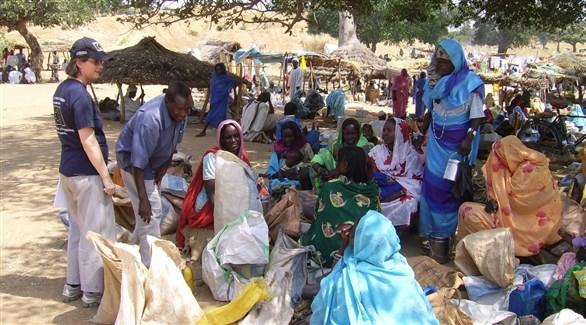 متطوعان مع سودنيات في دارفور (أرشيف)