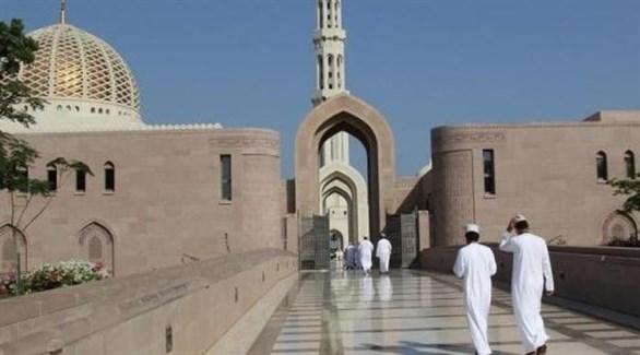 عمانيون يتجون إلى مسجد للصلاة (أرشيف)