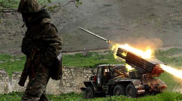 جندي أرمني وراجمة صواريخ تطلق النار في ناغورني قره باخ (أرشيف)