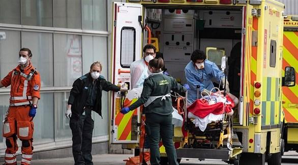 مسعفون بريطانيون مع مصاب بكورونا في سيارة إسعاف (أرشيف)