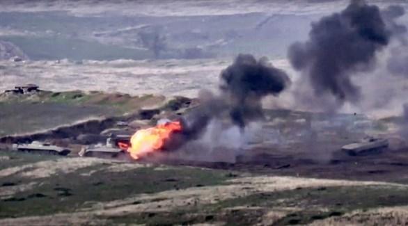 نيران مشتعلة في آليات عسكرية خلال بعد مواجهات بين أذربيجان وأرمينيا (أرشيف)