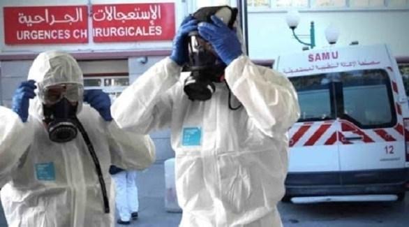 مسعفان جزائريان أمام طوارئ أحد المستشفيات (أرشيف)