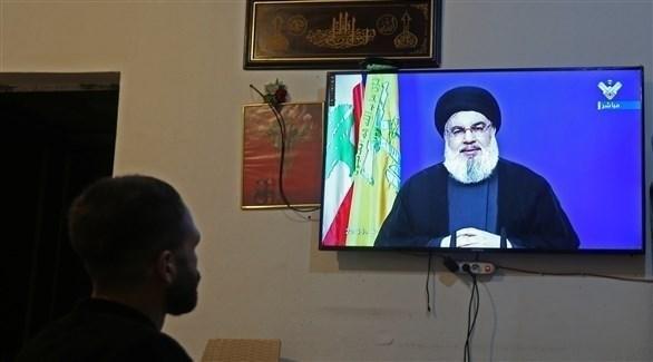 رجل يشاهد زعيم حزب الله عبر التلفزيون (رويترز)