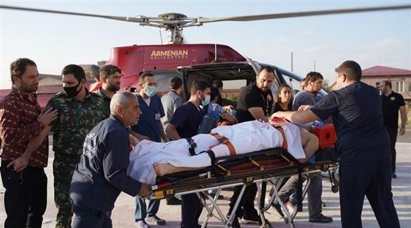 مروحية أرمينية تنقل مصاباً بالقتال مع القوات الأذربيجانية للمستشفى (إ ب أ)