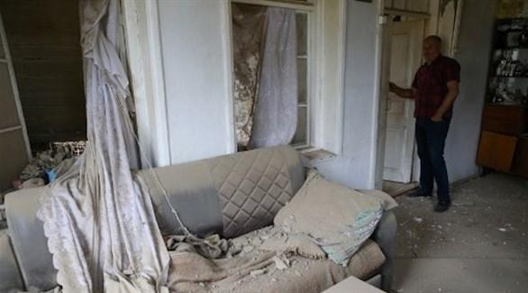 رجل أرميني ينظر لخراب في منزل إثر قصف أذري (أ ف ب)