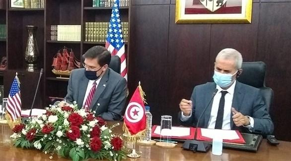 توقيع اتفاق التعاون العسكري بين وزيري الدفاع التونسي ابراهيم البرتاجي  والأمريكي مارك إسبر (تويتر)