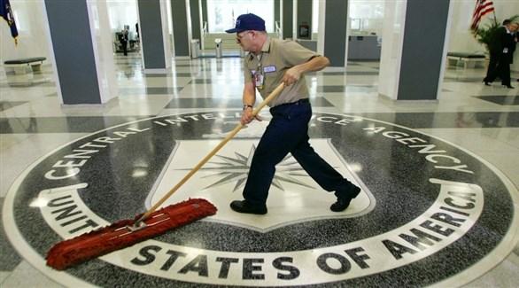 عامل نظافة في بهو وكالة الاستخبارات المركزية الأمريكية (أرشيف)