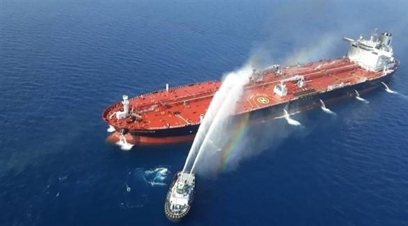 قارب إطفاء يخمد حريقاً في ناقلة نفط (أرشيف)