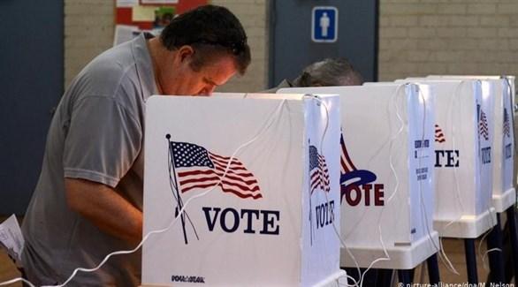 أمريكي يدلي بصوته في انتخابات سابقة (أرشيف)