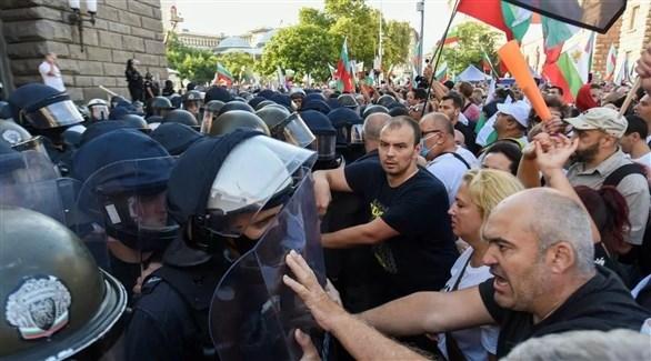 متظاهرون يواجهون الشرطة في صوفيا البلغارية (أرشيف)