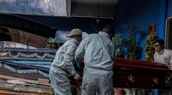 مكسيكيون ينقلون تابوتاً لأحد ضحايا كورونا (أرشيف)