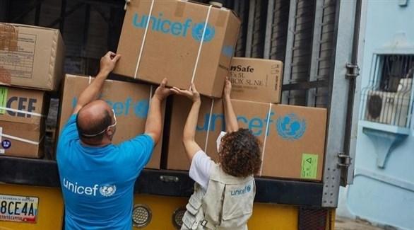 متطوعان في يونيسيف يشحنان مساعدات إنسانية (اليونيسيف)