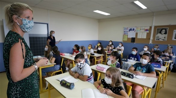 مدرستان وطلابهما في مدرسة فرنسية (أرشيف)