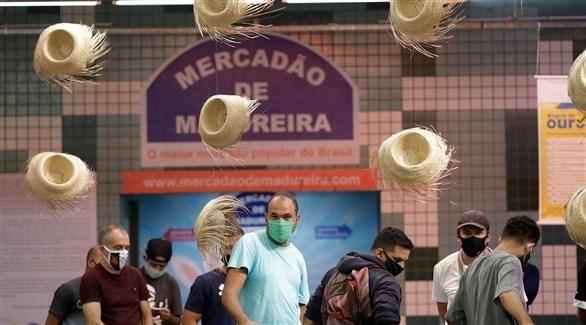 متسوقون برازيليون في سوق شعبية (أرشيف)