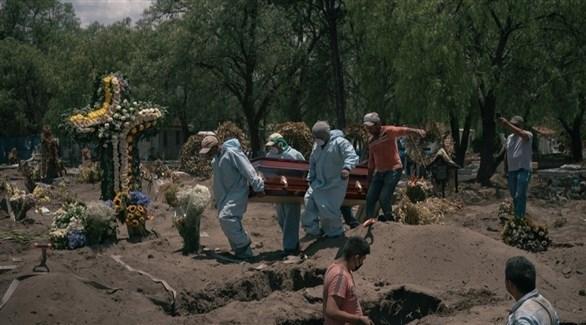 مكسيكيون يدفنون متوفى بكورونا (أرشيف)