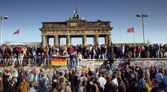 أولى أيام إزالة جدران الفاصل وسط برلين (أرشيف)