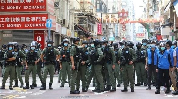 حشد من الجيش وعناصر الشرطة في أحد أحياء هونغ كونغ