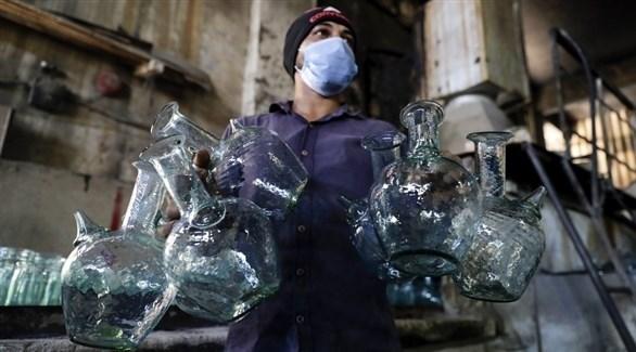مجموعة من الأباريق المصنوعة من الزجاج المحطم (أ ف ب)