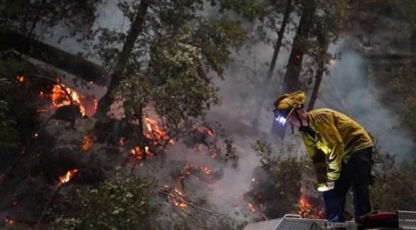رجل إطفاء يكافح حرائق الغابات في كاليفورنيا (أرشيف)