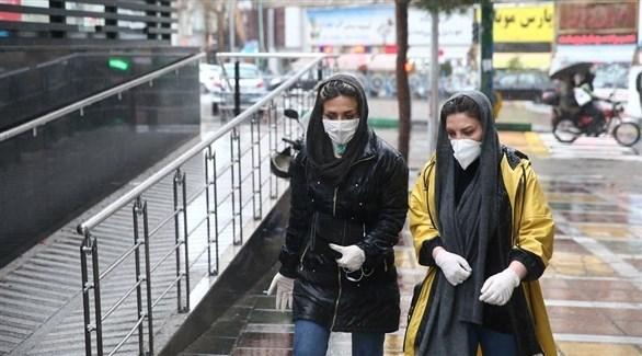 مواطناتان إيرانياتان يرتدين الكمامة الصحية خوفاً من كورونا (أرشيف)