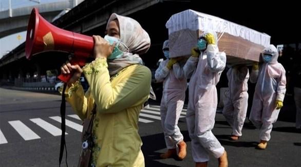 أندونيسيون ينقلون نعش أحد ضحايا كورونا (أرشيف)