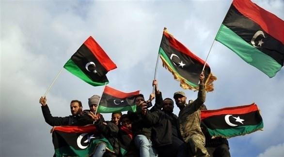 أشخاص يحملون العلم الليبي في أحد التجمعات (أرشيف)