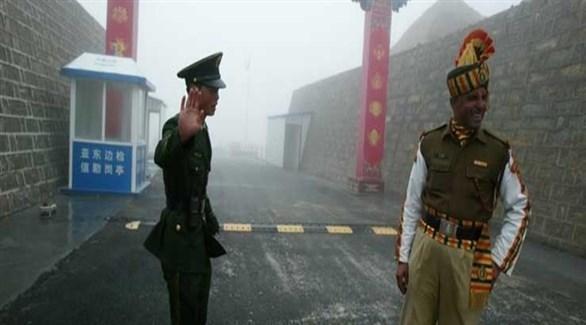 جنديان هندي وصيني عند نقطة سيكيم الحدودية بين البلدين (أرشيف)