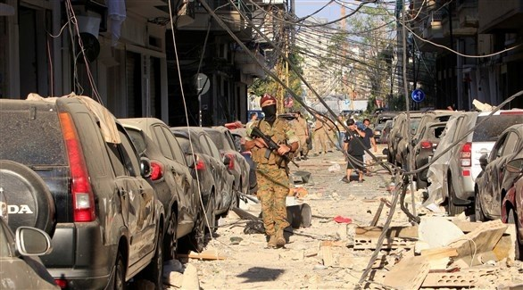 جندي لبناني وسط الأنقاض في أحد شوارع بيروت بعد الانفجار (أرشيف)