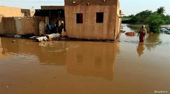 سودانية وسط المياه التي أغرقت بيتها (أرشيف)