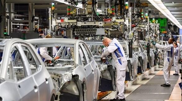 عاملون في سلسلة إنتاج بأحد مصانع السيارات (أرشيف)