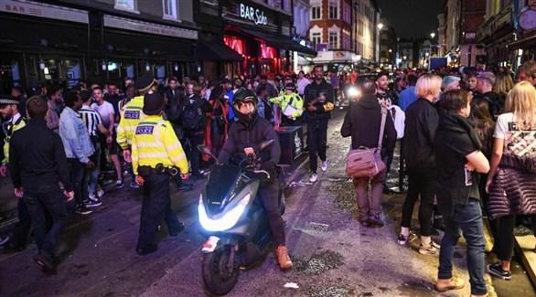 الشرطة البريطانية تفرق شباناً في برايتون خرقوا حظر التجمعات في بداية الجائحة (غيتي)