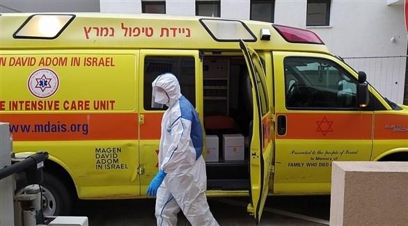 مسعف إسرئيلي أمام سيارة إسعاف (أرشيف)