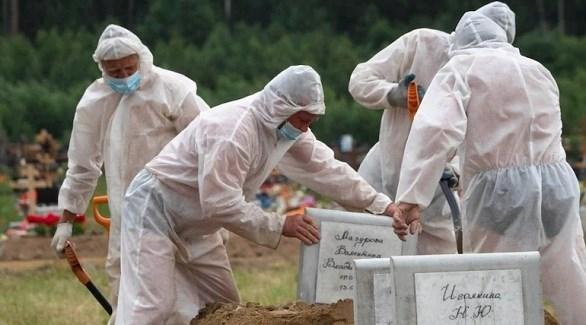 عمال في مقبرة روسية يجهزون قبر أحد ضحايا كورونا (أرشيف)