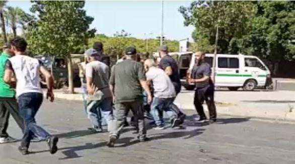 لبنانيون ينقلون مصاباً بالرصاص اليوم في بيروت (تويتر)
