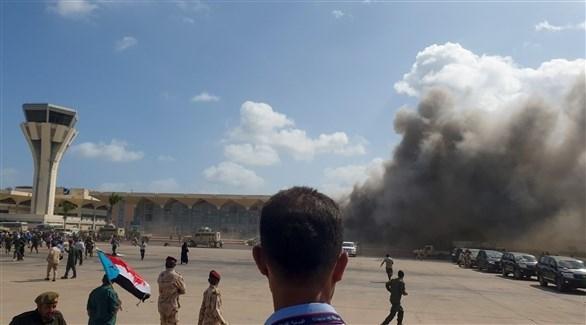 دخان يتصاعد من مبنى مطار عدن بعد الانفجار (أرشيف)