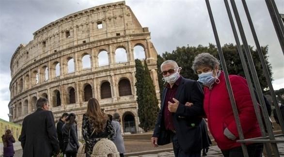 مارة يرتدون كمامة في العاصمة الإيطالية روما (أرشيف)