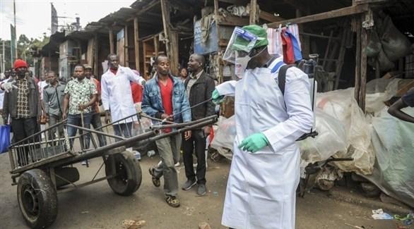 عامل يعقم عربة في أحد أسواق كينيا (أب)